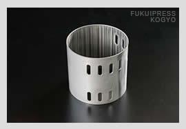 福井プレス工業では、プレス加工、精密板金加工、巻き加工、溶接加工を一貫して行い、金属複合加工に対応しています。