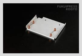 福井プレス工業の溶接加工では、ネジを立てる特殊なスタッド溶接も行っております。