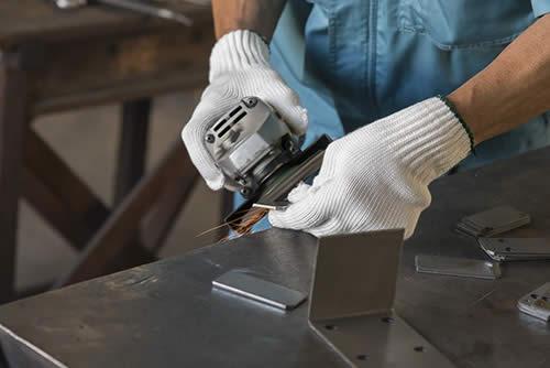 ディスクグラインダー磨きは、小口と表面の仕上げを行います。