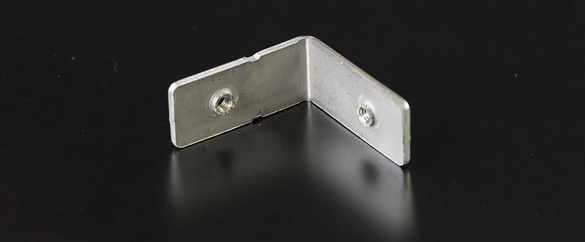 福井プレス工業では、プレス加工と同時にネジ切り加工を行うことができます。